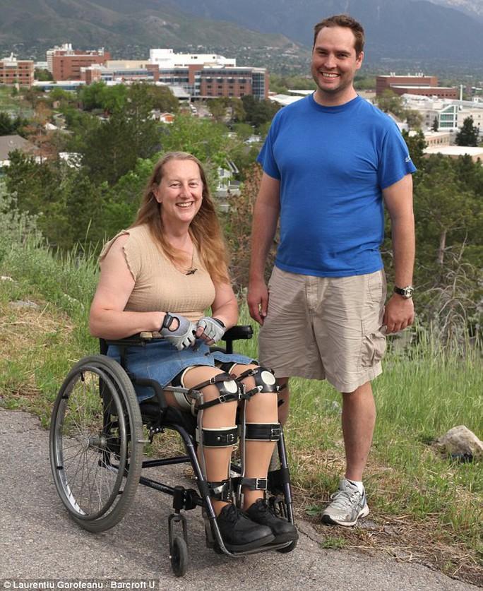 Bà Chloe chỉ hạnh phúc khi được ngồi xe lăn, mang nẹp chân