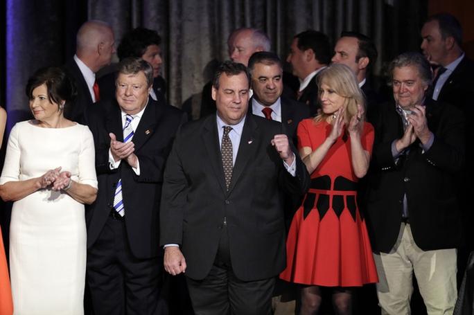 Đứng đầu đội ngũ chuyển giao quyền lực của Tổng thống đắc cử Donald Trump là Thống đốc bang New Jersey Chris Christie (giữa). Ảnh: AP