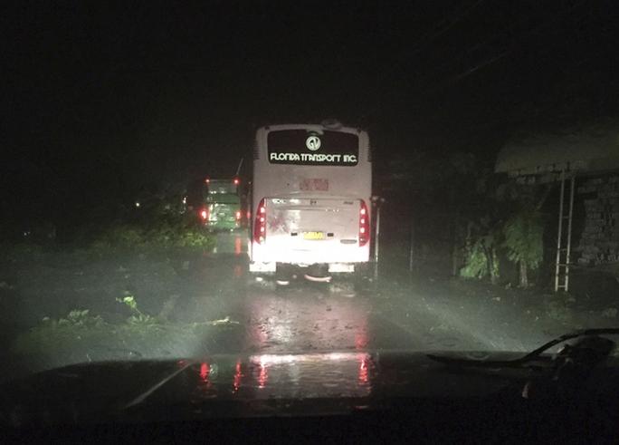 Xe chở khách di chuyển trên con đường bị mất điện ở tỉnh Ilocos Sur. Ảnh: AP