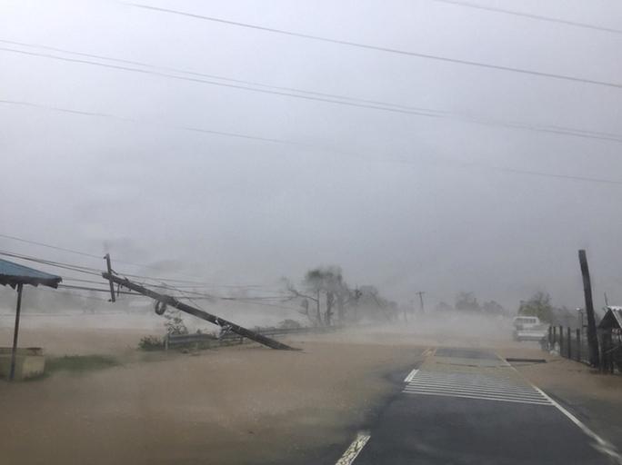 Cột điện bị ngã đổ ở tỉnh Ilocos Sur - Philippines hôm 20-10. Ảnh: AP