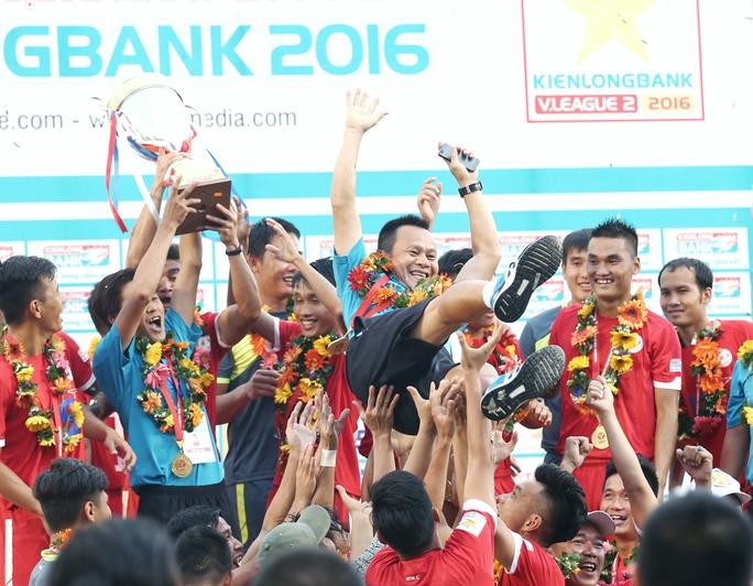 CLB TP HCM trong ngày vô địch Giải Hạng nhất. Bộ khung của họ sẽ có nhiều thay đổi để tồn tại ở V-League 2017Ảnh: Quang Liêm