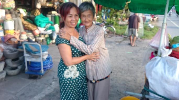 Bà Phụng ôm và cảm ơn những người cứu giúp mình trong cơn hoạn nạn