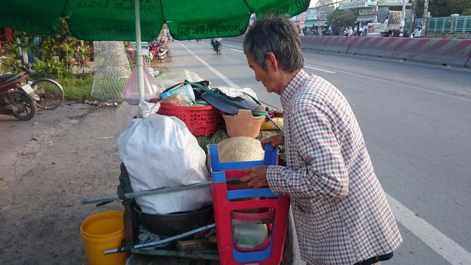 Bị tai nạn kép, trong túi vỏn vẹn còn lại trên 100.000 đồng, bà Phụng quyết định về quê vì đồ nghề và tiền vốn không còn.