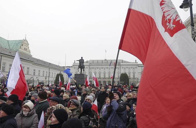 Biểu tình rầm rộ bên ngoài tòa nhà quốc hội ở thủ đô Warsaw của Ba Lan ngày 17-12 Ảnh: AP