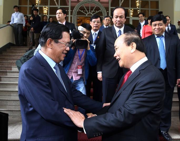 Thủ tướng Nguyễn Xuân Phúc tiếp đón Thủ tướng Hun Sen Ảnh: TTXVN