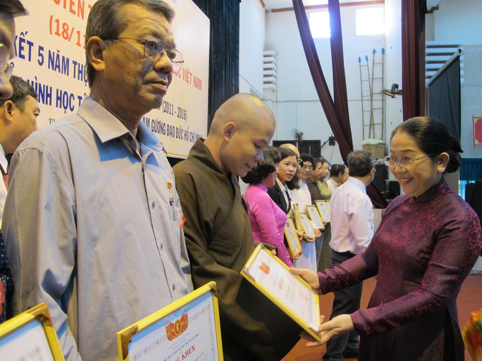 """Bà Võ Thị Dung, Phó Bí thư Thành ủy TP HCM, trao bằng khen cho các cá nhân được tuyên dương """"Vì sự nghiệp đại đoàn kết dân tộc"""" 2016 Ảnh: PHẠM DŨNG"""