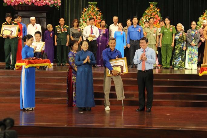Chủ tịch UBND TP HCM Nguyễn Thành Phong và Phó Bí thư Thành ủy TP HCM Võ Thị Dung (hàng đầu, thứ nhất và thứ ba từ phải sang) trao bằng khen cho các tấm gương điển hình