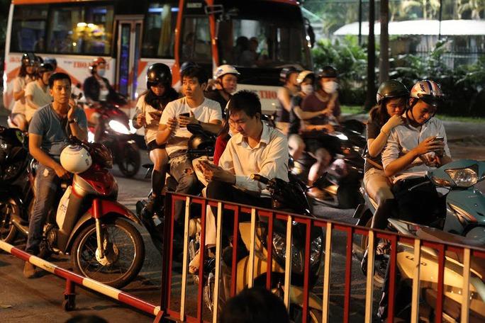 Nhiều người dừng xe trên đường Trương Định (quận 3, TP HCM) bắt PokémonẢnh: Hoàng Triều