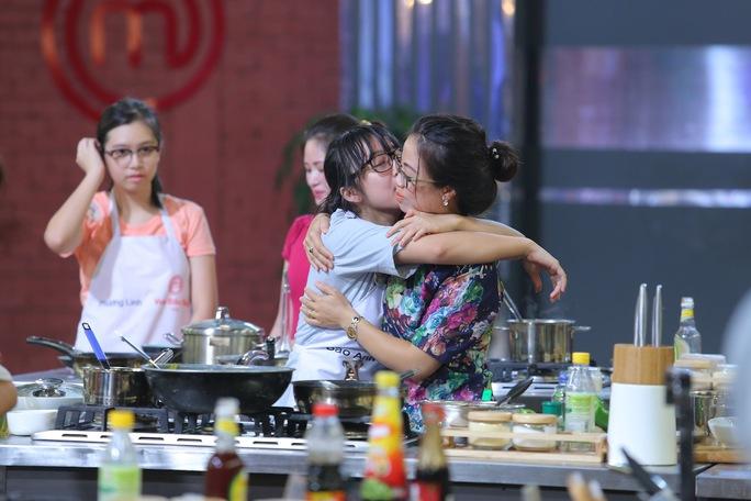 Bảo Anh ôm hôn mẹ nói lời cảm ơn mẹ đã giúp mình hoàn thành món ăn