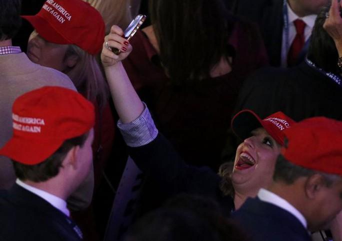 Người ủng hộ tỉ phú Trump vui mừng. Ảnh: Reuters