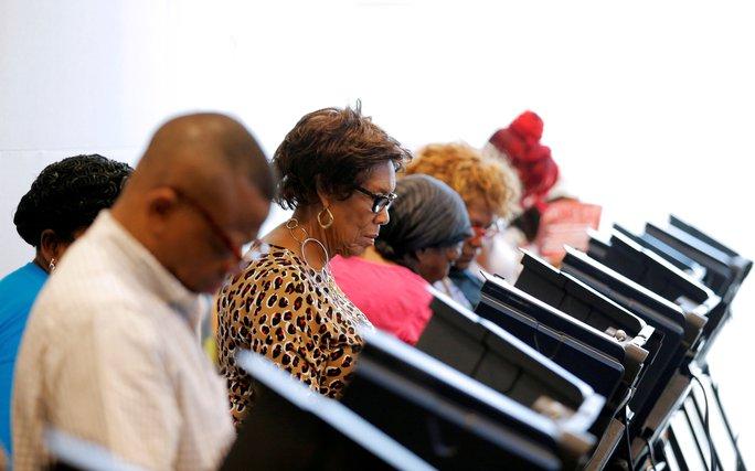 Cử tri bỏ phiếu sớm tại TP Charlotte, bang Bắc Carolina, hôm 20-10. Ảnh: Reuters
