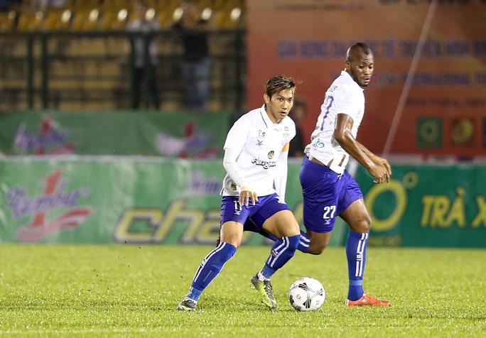 Cầu thủ vừa trở về từ AFF Suzuki Cup 2016 Chan Vathanaka (11) - được mệnh danh là Messi Campuchia