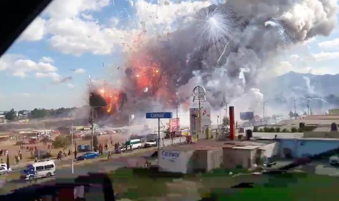 Hình ảnh trên truyền hình địa phương cho thấy hàng loạt pháo hoa phát nổ, cột khói lớn bốc lên phía trên chợ. Ảnh: FACEBOOK