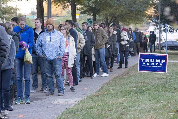 Cử tri xếp hàng bỏ phiếu ở bang Virginia hôm 8-11. Ảnh: EPA