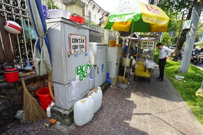 Một quán cơm trên đường Bà Huyện Thanh Quan (quận 3) nằm cạnh dãy bốt điện