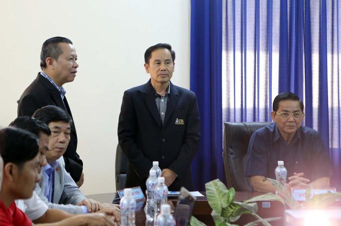 Trọng tài Chattuchai Champahom (giữa) đang đưa ra nhận định của mình