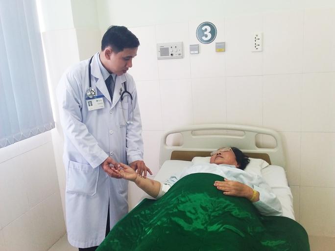Bác sĩ Trần Quốc Tuấn đang thăm khám cho bệnh nhân C. Ảnh do bệnh viện cung cấp