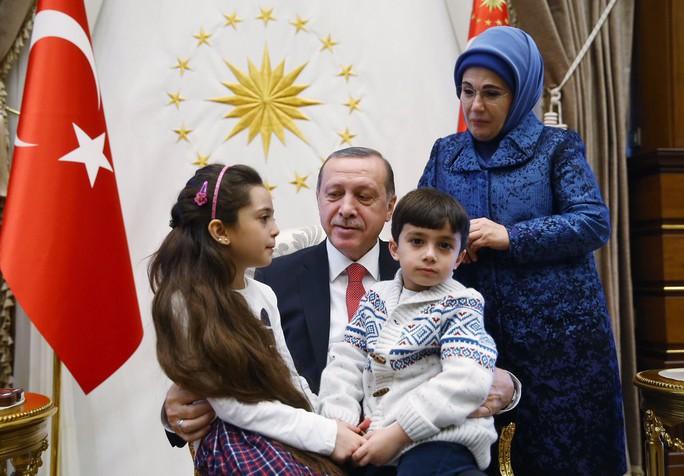 Tổng thống Thổ Nhĩ Kỳ ôm hai chị em bé Bana. Ảnh: Twitter