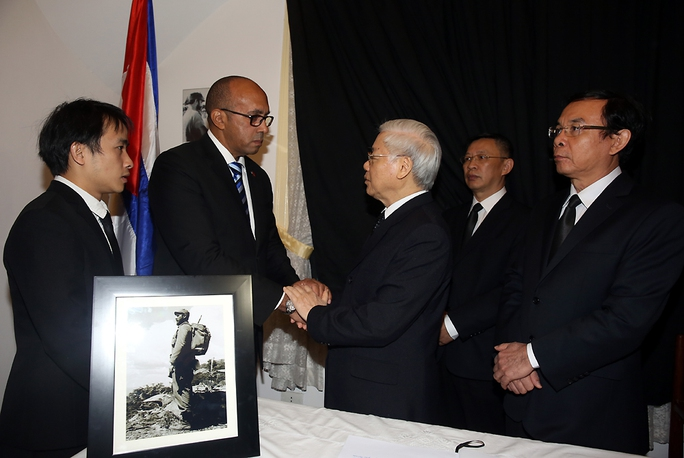 Tổng Bí thư Nguyễn Phú Trọng chia buồn với các nhân viên Đại sứ quán Cuba tại Việt Nam - Ảnh: VGP