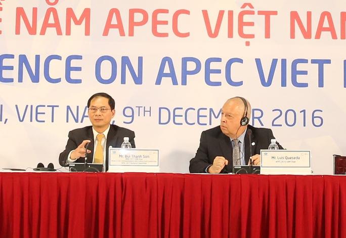 Thứ trưởng Thường trực Bộ Ngoại giao Bùi Thanh Sơn (trái) và Giám đốc điều hành Ban thư ký APEC quốc tế Allan Bollard đã trả lời câu hỏi về TPP