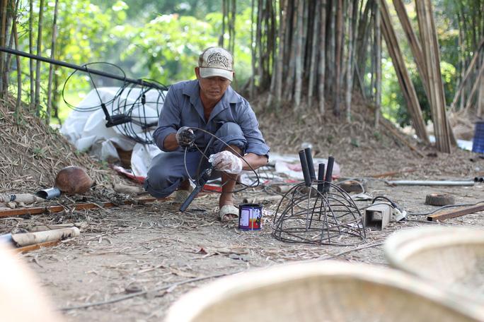 Tại khu du lịch Văn Thánh, các nghệ nhân cần mẫn làm việc để tạo ra những sản phẩm tốt nhất cho đường hoa Nguyễn Huệ.