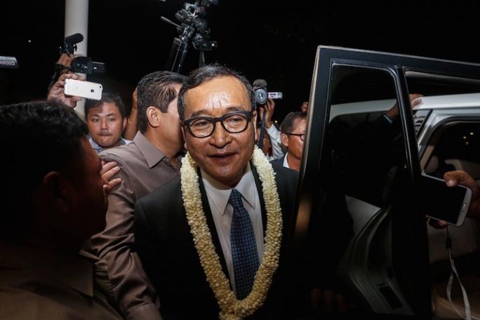 Ông Sam Rainsy tại sân bay Phnom Penh vào tháng 11-2015 Ảnh: THE CAMBODIA DAILY