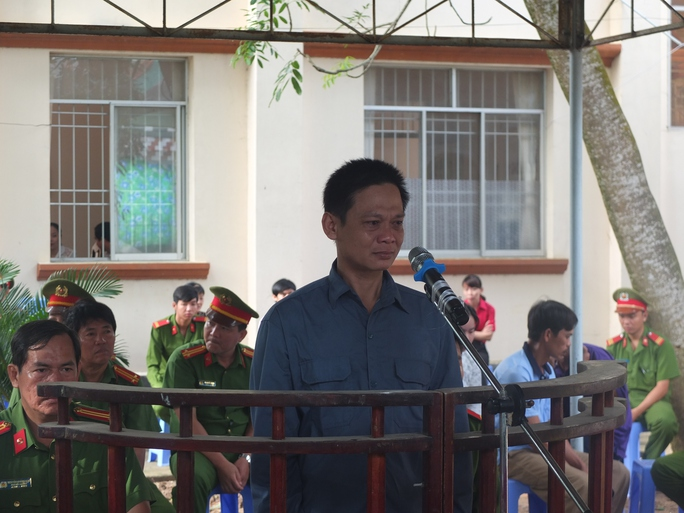 Bị cáo Nguyễn Văn Cang bật khóc tại phiên tòa lưu động
