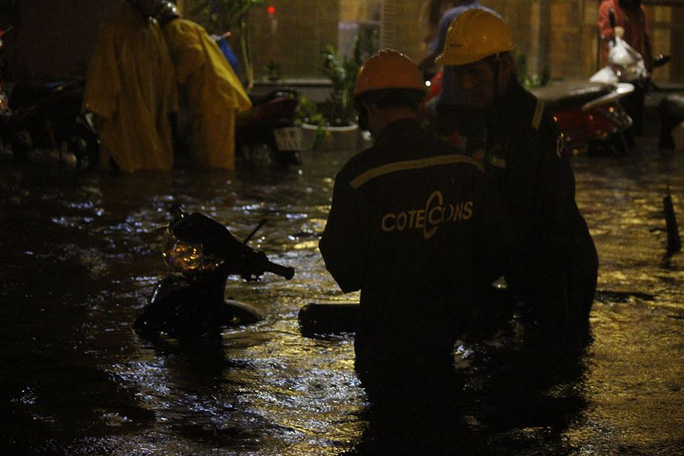 Nước trên đường Nguyễn Hữu Cảnh rút chậm, đã gần 20 giờ nhưng nhiều người vẫn chưa thể về nhà