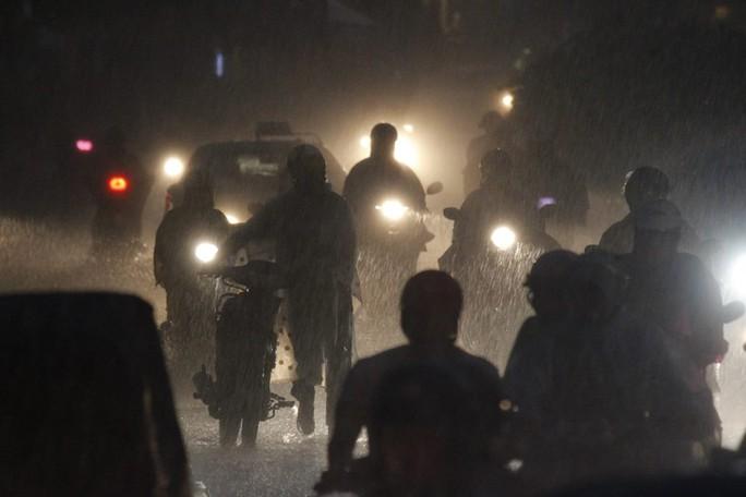 Nhiều nơi hệ thống điện bị hư hỏng khiến người đi xe phải mò mẫm đi trong mưa kín trời và bóng tối.