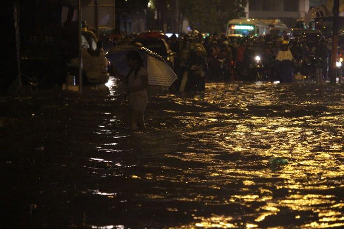 Nhiều đoạn trên đường Nguyễn Hữu Cảnh nước ngập sâu đến mức tê liệt giao thông hoàn toàn, cả xe máy và ô tô đều phải đứng đợi kéo dài cả cây số.