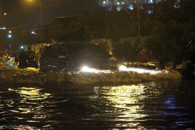 Mỗi lần ô tô chạy qua cả con đường dậy sóng tràn nước vào nhà hai bên đường, thậm chí quật ngã người đi đường.