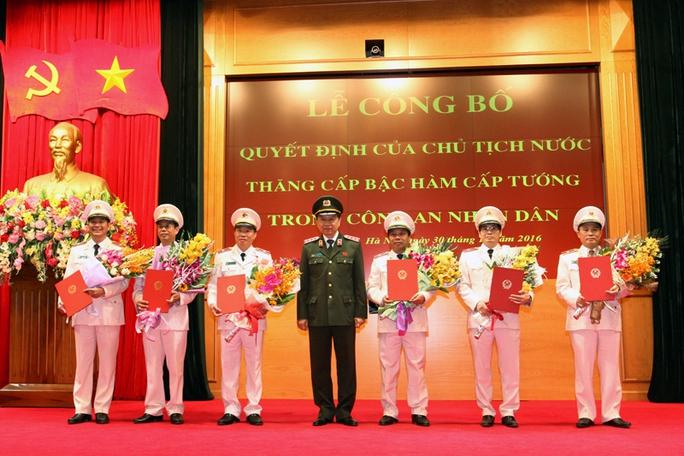Thừa ủy quyền của Chủ tịch nước, Thượng tướng Tô Lâm đã trân trọng trao Quyết định của Chủ tịch nước đối với các sĩ quan công an cao cấp được thăng cấp bậc hàm cấp Tướng