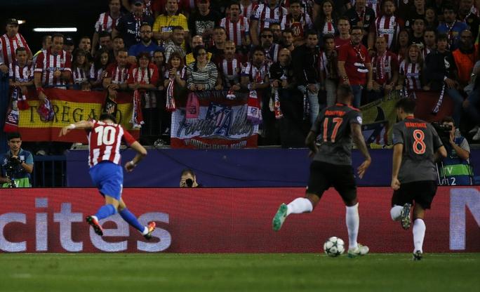 Carrasco mở tỉ số trận đấu với một cú sút hiểm hóc khiến thủ thành Neuer của Bayern Munich hoàn toàn bất lực