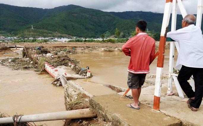 Người dân thẫn thờ nhìn nước lũ cuốn trôi cầu ở huyện Đơn Dương.