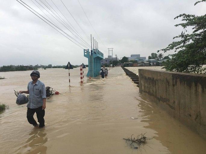 Mưa lũ gây chia cắt nhiều tuyến đường ở tỉnh Bình Định Ảnh: ANH TÚ
