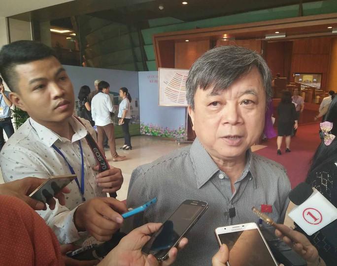 Đại biểu Trương Trọng Nghĩa (TP HCM) trả lời phỏng vấn bên lề hành lang Quốc hộiẢnh: NGUYỄN NAM