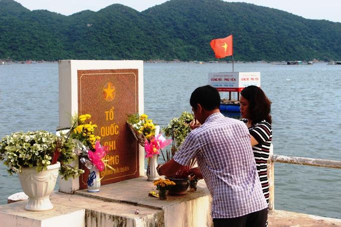 Du khách đến bến Vũng Rô thắp hương tưởng niệm những chiến sĩ đã hy sinh