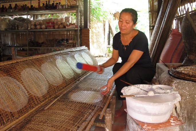 Làm bánh tráng theo phương pháp truyền thống ở huyện Củ Chi, TP HCM. Ảnh: HẢI PHONG