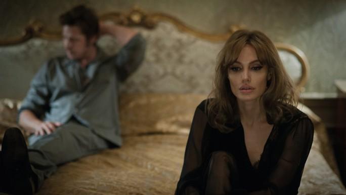 """Angelina Jolie và Brad Pitt vào vai vợ chồng đứng trước nguy cỡ hôn nhân tan vỡ trong phim """"By the sea"""" Ảnh: PEOPLE"""