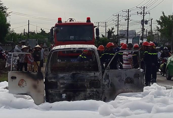 Lực lượng chữa cháy đến cứu hỏa chiếc xe tải chở hóa chất. Ảnh: Lê Khánh