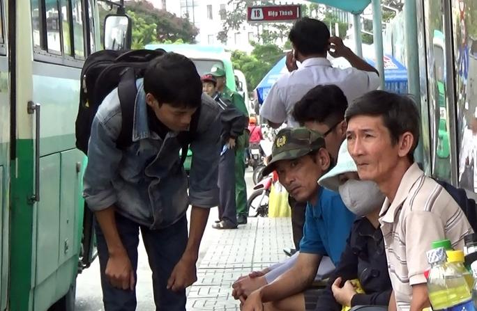 Ngoài đóng giả người tàn tật, sư giả, PV Báo Người Lao Động cũng đã vào vai người lỡ đường để cảnh báo người có thiện tâm.