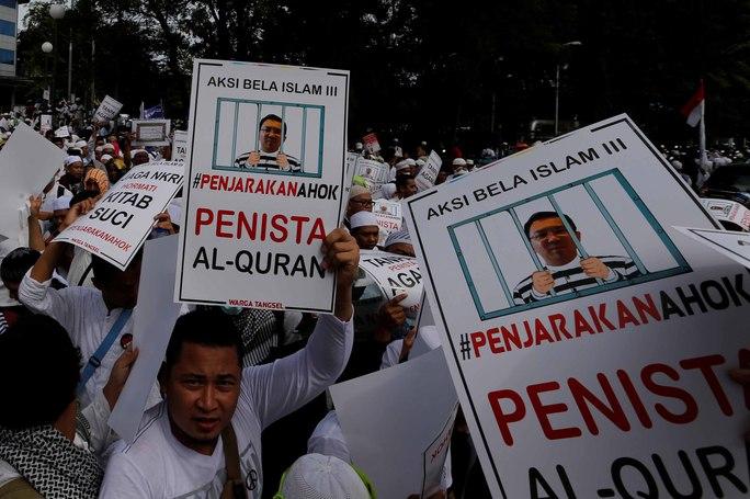 """Người dân đòi bắt giữ Thống đốc Jakarta Basuki """"Ahok"""" Tjahaja Purnama trong cuộc biểu tình hôm 2-12 Ảnh: Reuters"""