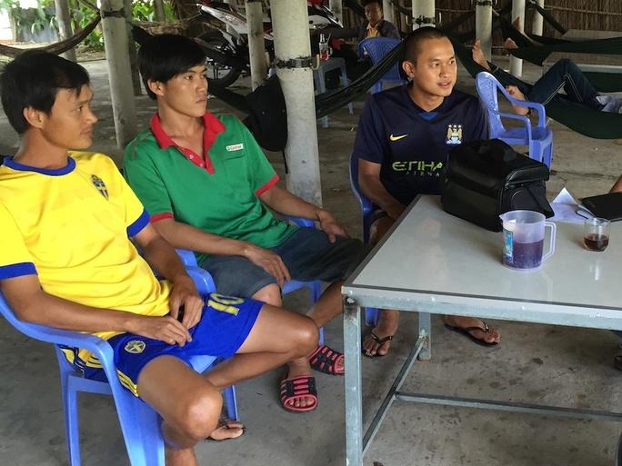 Anh Nguyễn Hoàng Tuấn (bìa phải) và những người bạn nhậu hôm mua vé số Ảnh: DUY NHÂN
