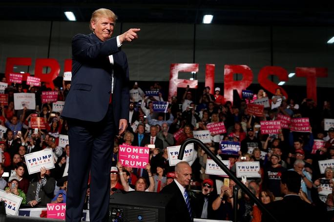 Tỉ phú Donald Trump tại chiến dịch vận động tranh cử ở TP Warren, bang Michigan ngày 31-10Ảnh: REUTERS