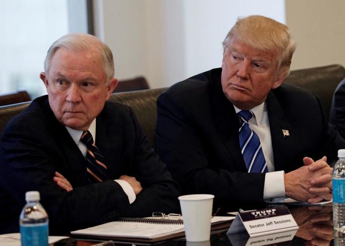 Tổng thống Mỹ đắc cử Donald Trump (phải) chọn Thượng nghị sĩ Jeff Sessions (trái) làm Bộ trưởng Tư pháp trong nội các mớiẢnh: REUTERS