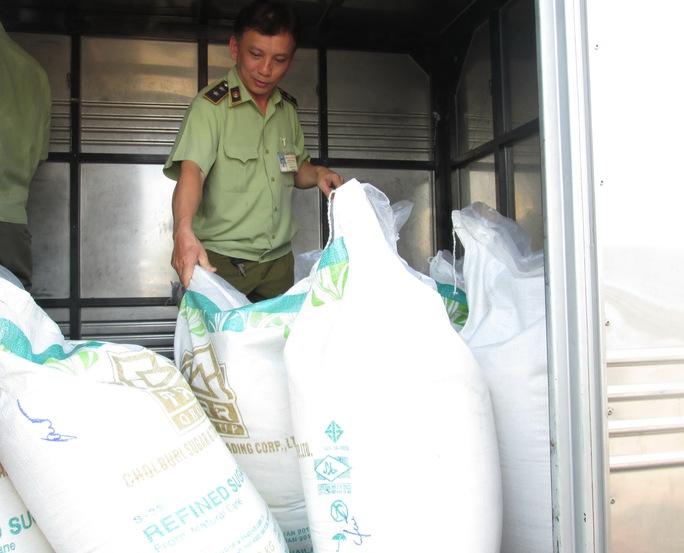 Xe tải chở đường cát Thái Lan nhập lậu bị lực lượng quản lý thị trường TP HCM bắt giữ Ảnh: NGỌC ÁNH