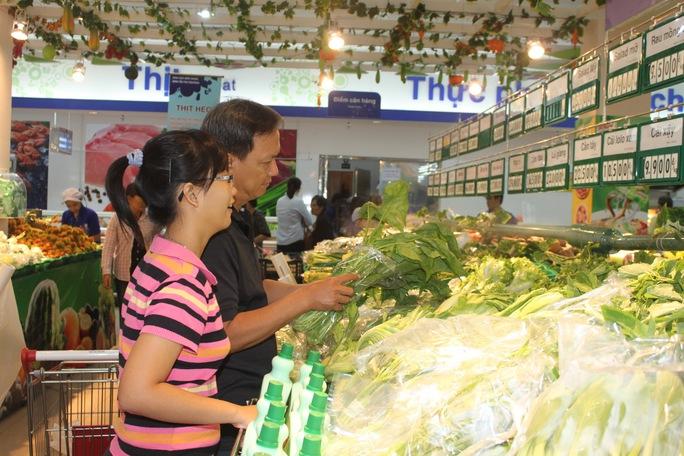 Giá các mặt hàng thực phẩm tươi sống tại Co.opmart không biến động nhiều dù thời tiết bất lợi