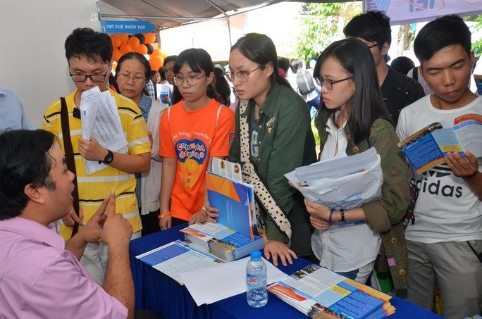 Học sinh tìm hiểu thông tin vào Trường ĐH Khoa học Xã hội và Nhân văn - ĐHQG TP HCM Ảnh: Tấn Thạnh