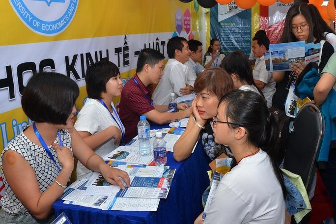 Học sinh tìm hiểu ngành nghề của một trường ĐH tại TP HCM Ảnh: Tấn Thạnh