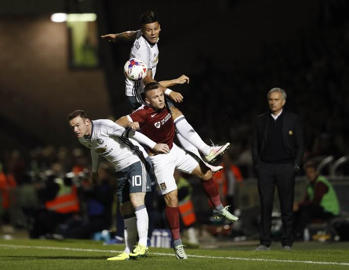 HLV Mourinho đang chịu không ít sức ép vì vẫn tin dùng Rooney dù số 10 của M.U sa sútẢnh: REUTERS